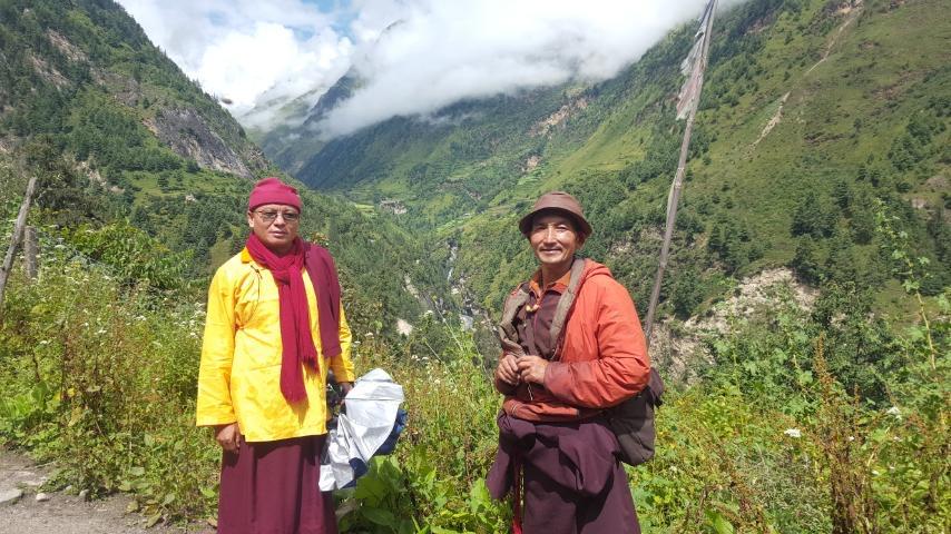 Khenpo Tsultrim Tentar cu un prieten pe drum către satul natal în Nepal