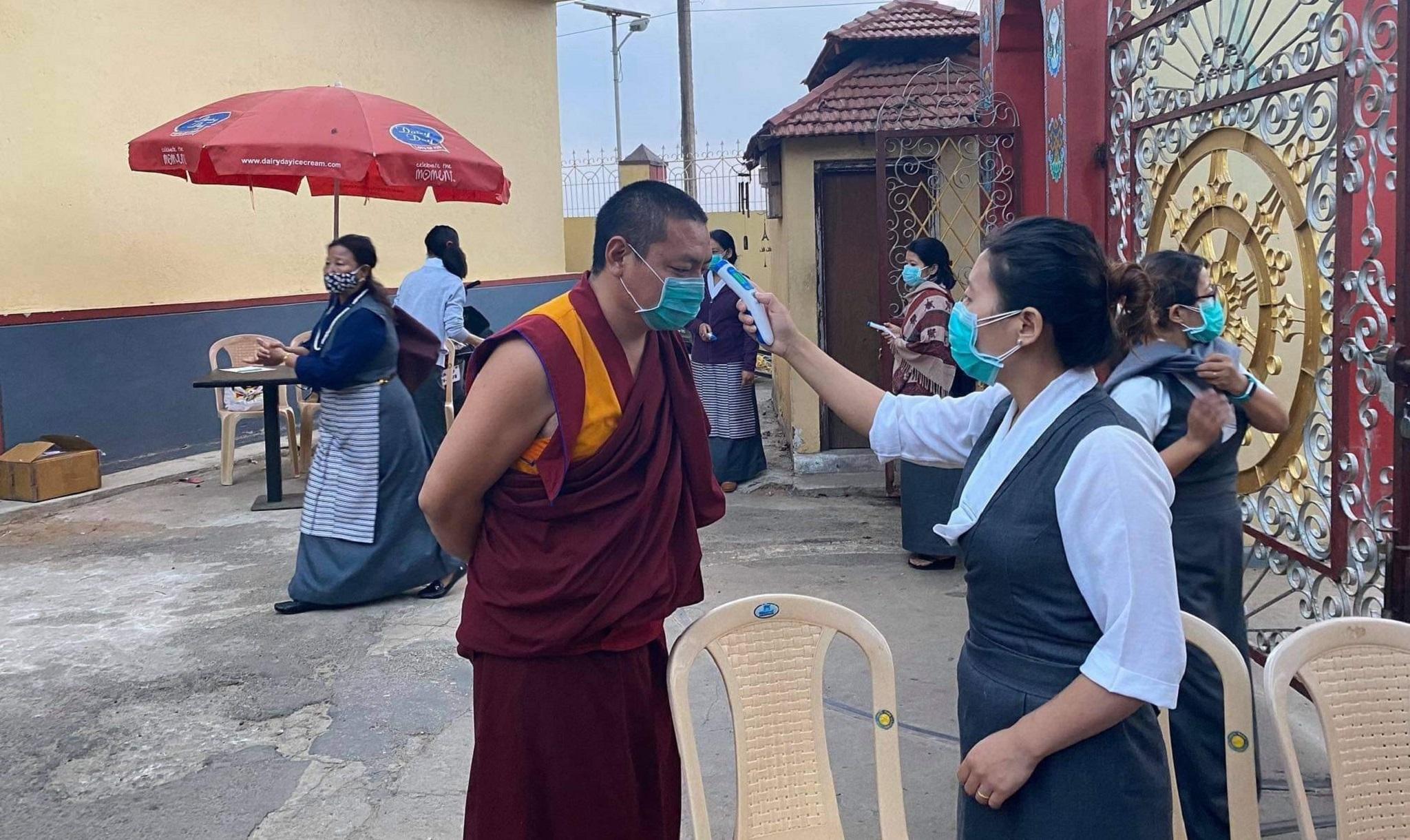 Verificarea temperaturii la intrarea în mănăstire