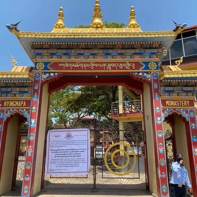 Notificarea postată la intrarea din Mănăstirea Namdroling care anunță închirea pentru vizitatori