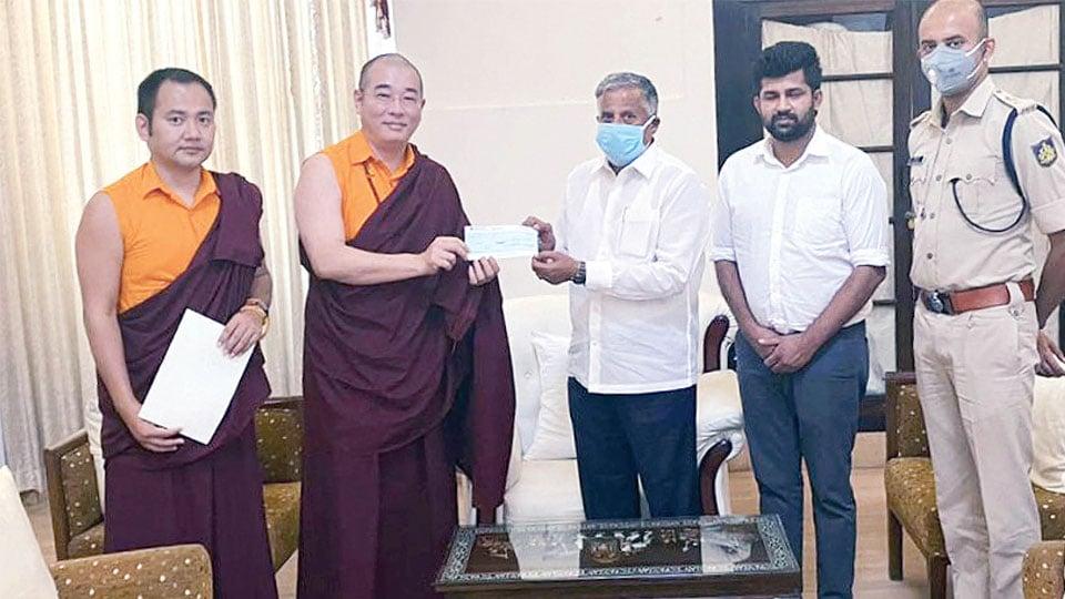 Tulku Gyang Khang Rinpoche și Tulku Tsering Choedhar Administrator al Fundației de Caritate Penor Rinpoche prezintă cec-ul Ministrului V. Somana al districtului Mysuru (Mysore) cu MP Pratap Simha și SP C.B. Ryshyanth în dreapta sa.