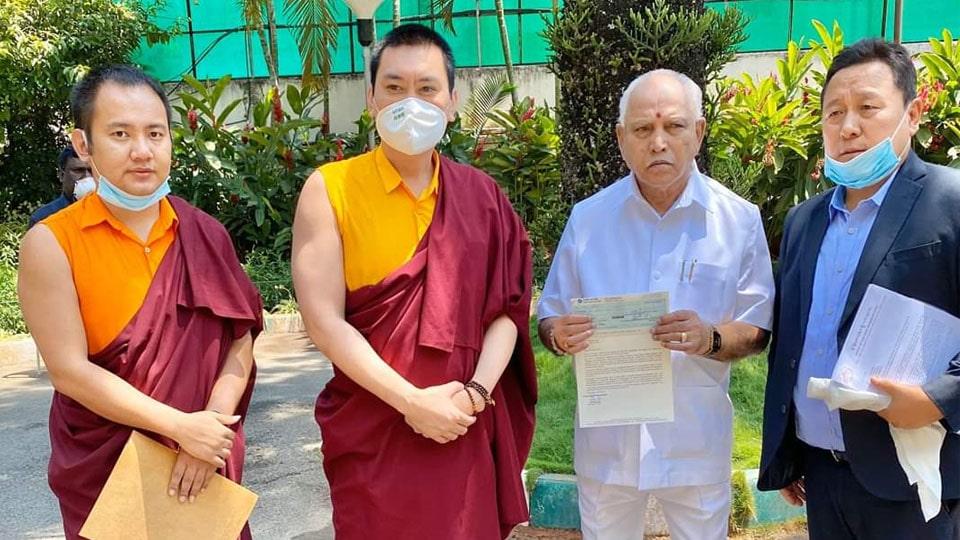 Tulku Mugsang Kuchen înmânează cec-ul Ministrului B.S. Yediyurappa