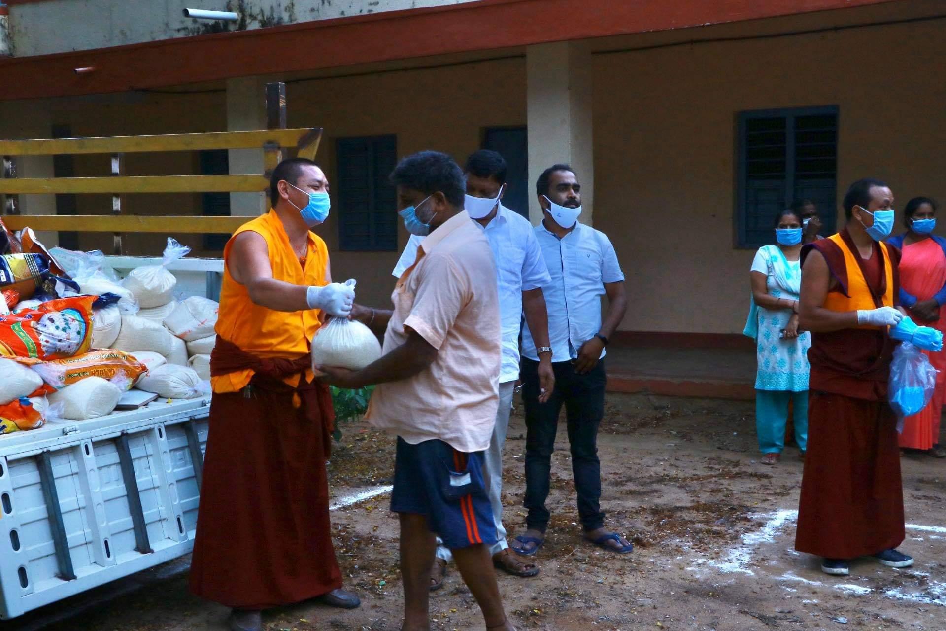 Distribuirea de hrană sătenilor din Kushalnagar