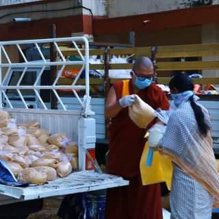 Distribuirea de alimente sătenilor din Kushalnagar