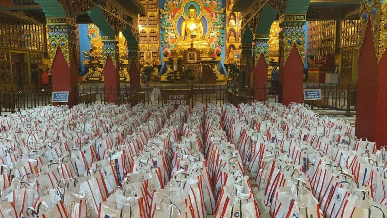 Pachetele de alimente sunt gata de a fi distribuite în interiorul templului Palyul Thupten Shedrub Choekhor Dargyeling, Bodhgaya, Bihar