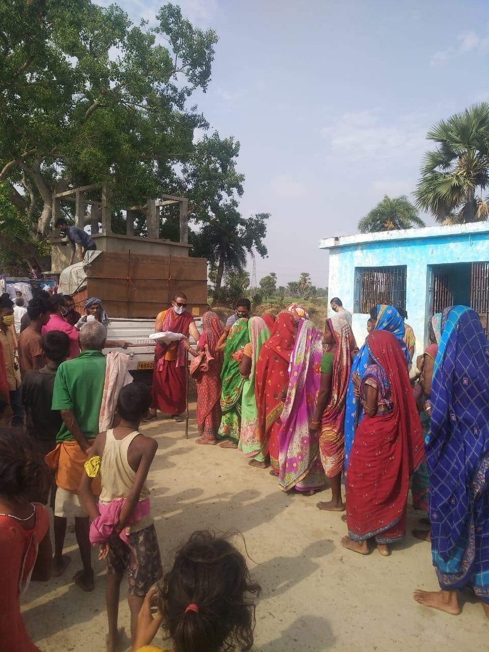 Distribuirea de alimente sătenilor din Bodhgaya