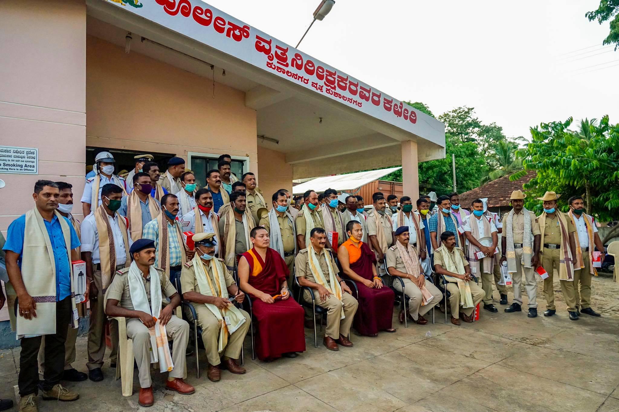 Fotografie de grup cu Tulku Tsering Choedhar cu poliția din Kushalnagar și gardienii