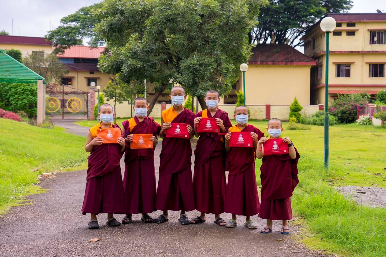 Călugări cu noile măști faciale din Taiwan