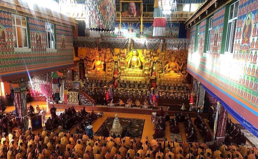 Sfinția Sa Karma Kuchen Rinpoche întronând noul lot de Khenpo la Mănăstirea Palyul Namgyal Jangchub Choeling