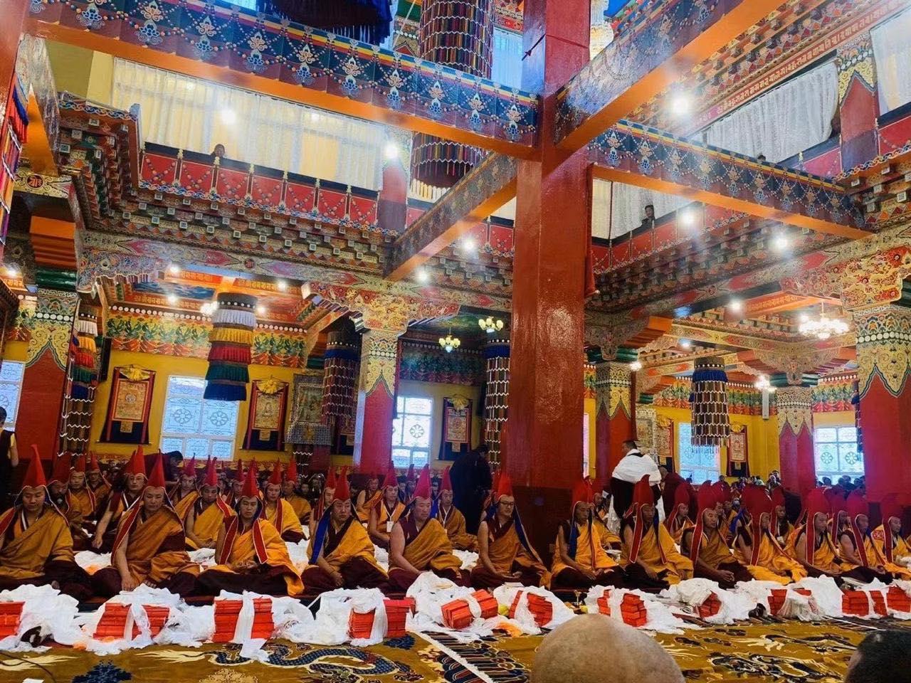 Toți Khenpo nou întronați au primit cadou un Text Dharma și Obiecte de Ritual