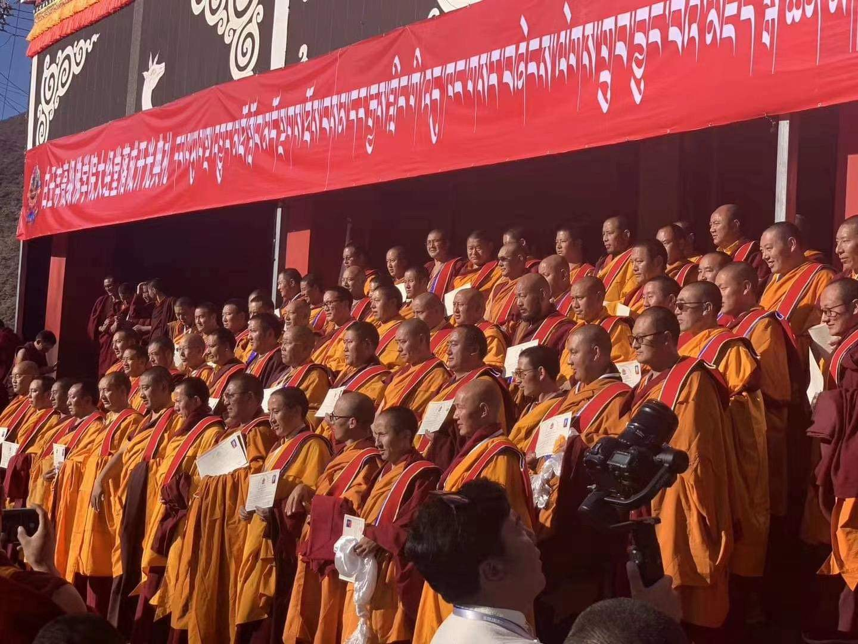 Sfinția Sa Karma Kuchen Rinpoche întronând noul lot de Khenpo la Mănăstirea Palyul Namgyal Jangchub Choeling, Tibet, în Ziua Coborârii lui Buddha Shakyamuni (Lhabab Duchen), 2020