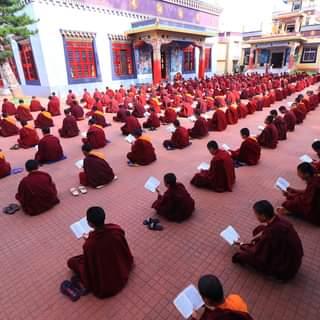 Călugări ai școlii gimnaliale în timpul rugăciunilor de dimineață