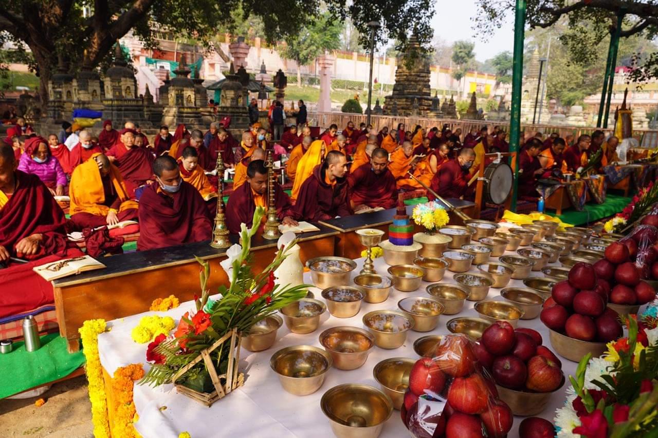 Ofranda pe altarul din fata Copacului Bodhi al Templului Mahabodhi