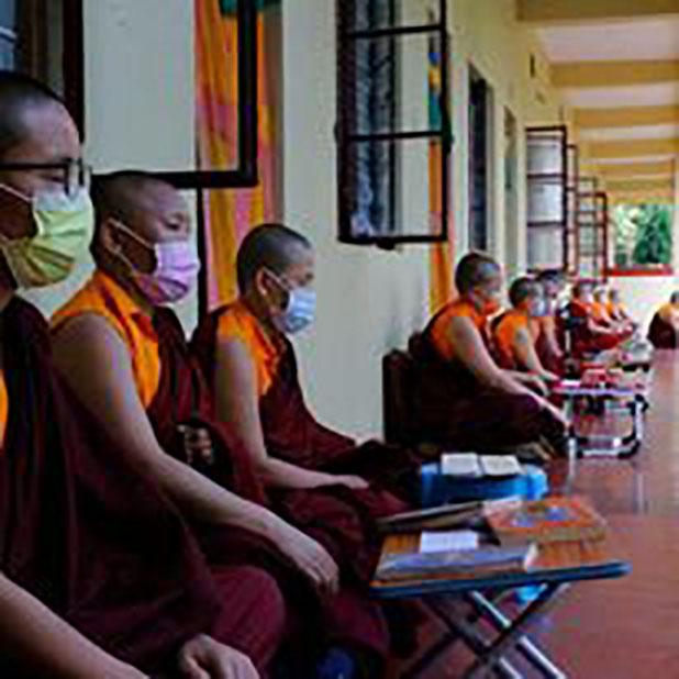 自分たちの部屋の外で修行をする尼僧院の尼僧