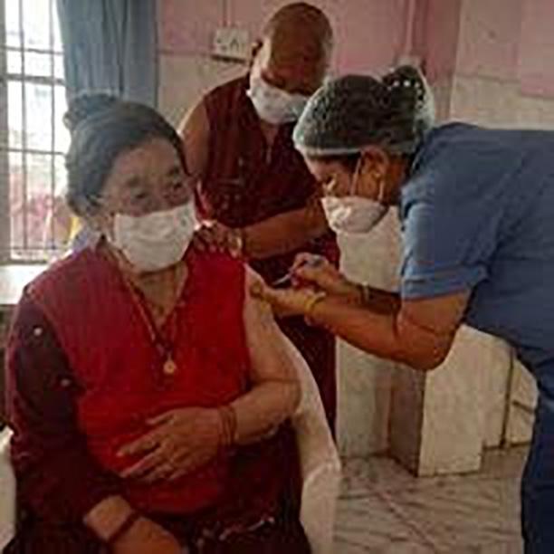 ペノル・リンポチェの女兄弟チャムジン・デチェンがワクチン接種を受けるところ