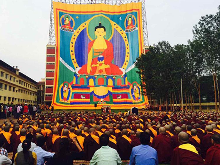 インドのナムドロリン僧院で展示される釈迦牟尼佛陀のタンカ